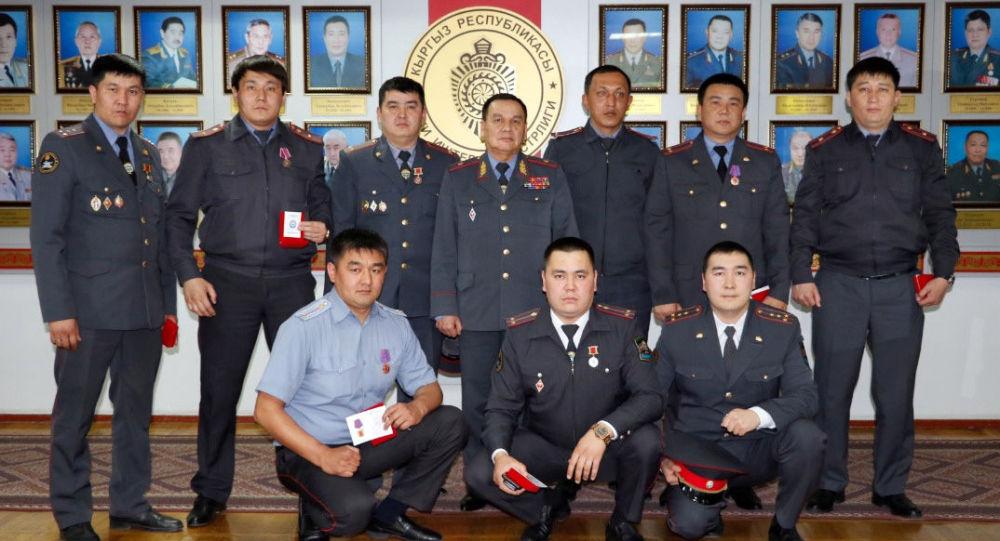 Министр внутренних дел Кашкар Джунушалиев поощрил оперативных сотрудников, которые участвовали в задержании похитителей мальчика Браилкин Данила и раскрытие двойного убийства.