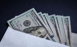 Конверт с долларовыми купюрами. Архивное фото