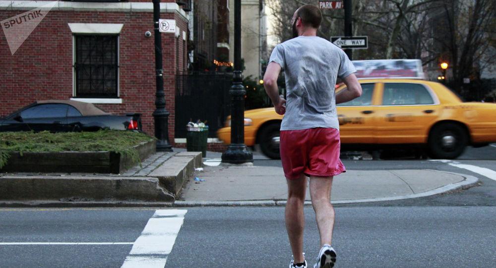 Мужчина совершает пробежку. Архивное фото