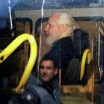 Основатель WikiLeaks Джулиан Ассанж в полицейском фургоне после ареста в Лондоне