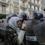 Пожилая женщина сталкивается с силами безопасности во время демонстрации в Алжире. Алжир, 10 апреля 2019 года