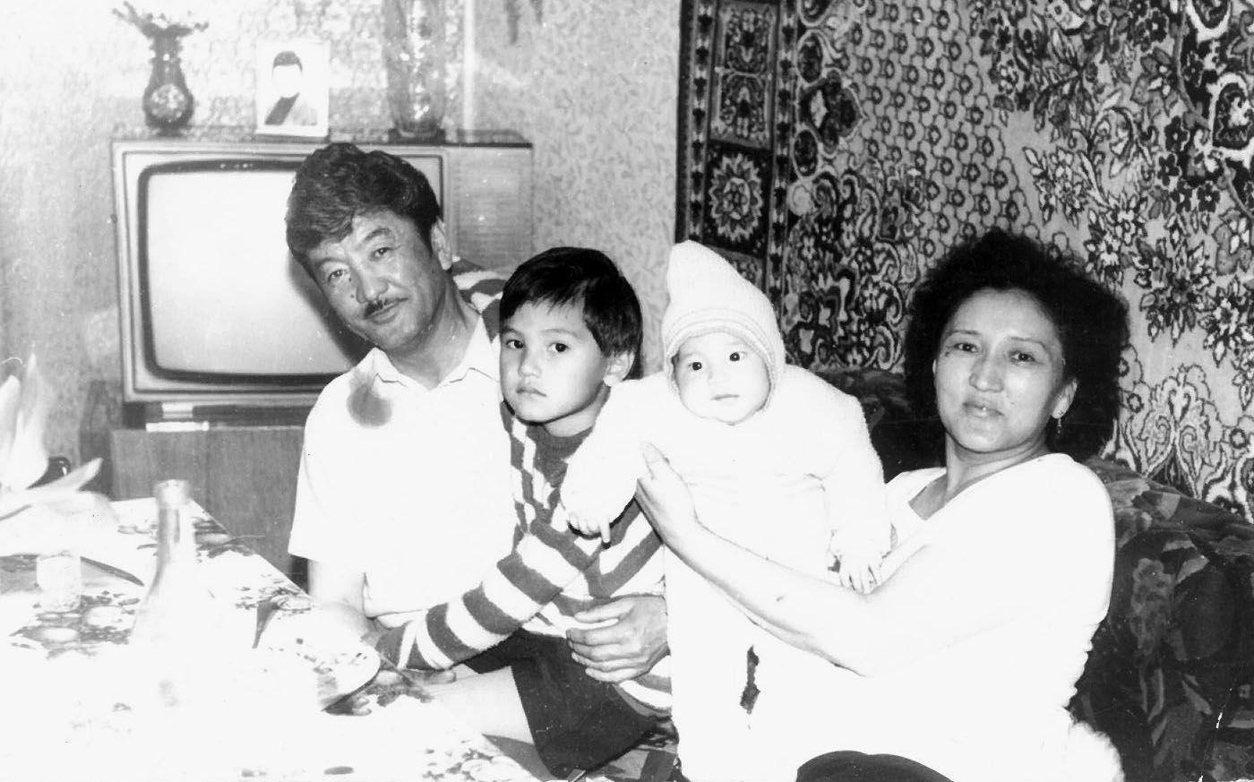 Известный композитор, народный артист КР Калыйбек Тагаев с семьей