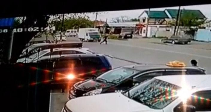 Окурман Sputnik Кыргызстан агенттигине WhatsApp-канал аркылуу жолдон өтүп бараткан адамды унаа коюп кеткен видеону жиберди.