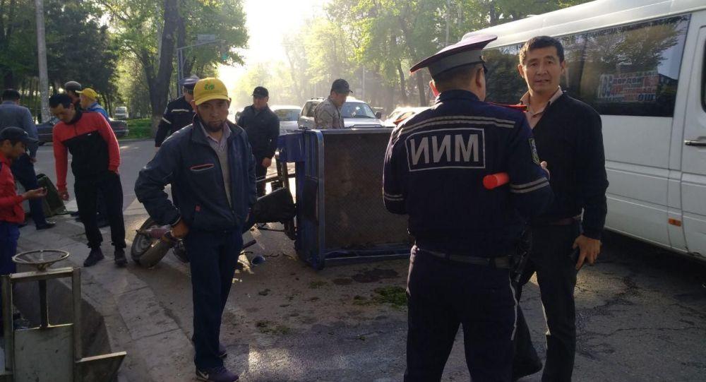 ДТП с участием пассажирского буса и мотороллера на пересечении проспекта Чуй и улицы Исанова