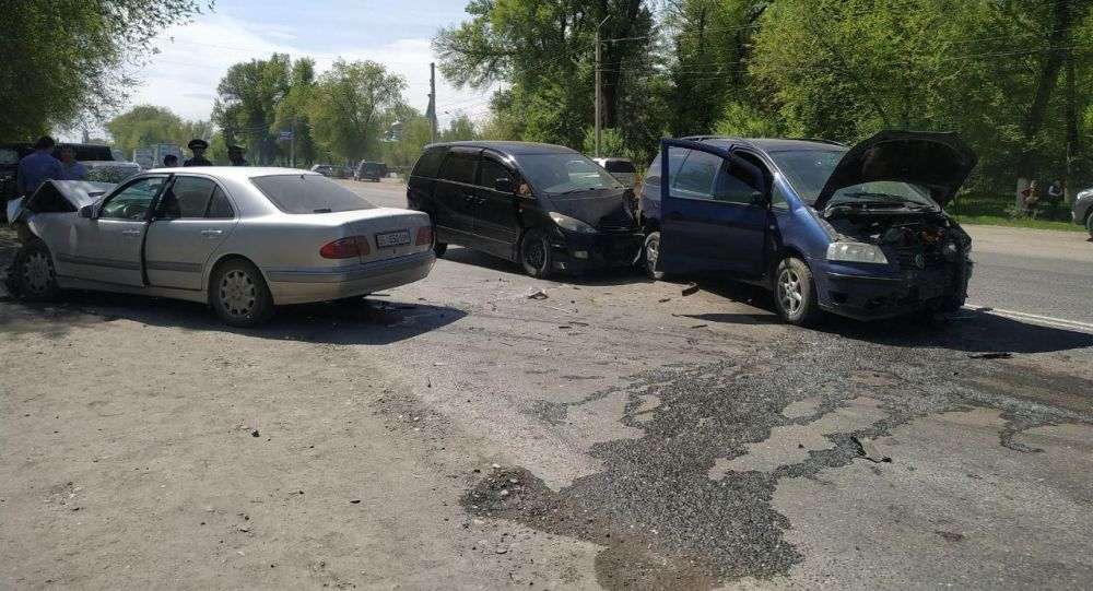 На улице Алматинской по дороге в сторону КПП Акжол — Кордай столкнулись три автомашины