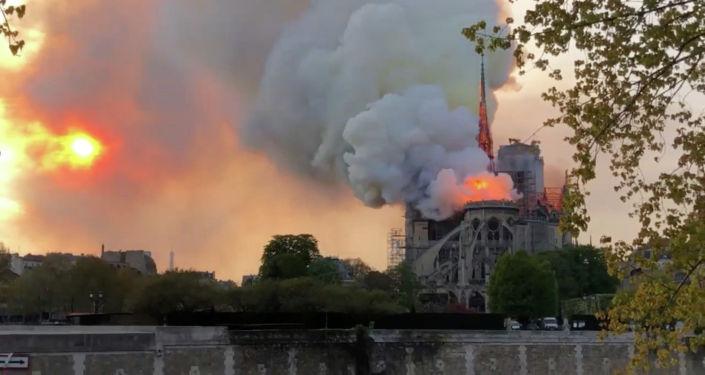 Вид пожара в здании собора Парижской Богоматери в Париже. 15 апреля 2019 года