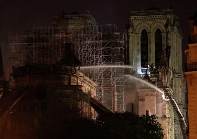Париждеги Нотр-Дам-де-Пари чиркөөсүнөн чыккан өрт өчүрүлдү