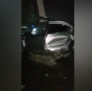 В селе Ленинском Чуйской области автомобиль на скорости врезался в столб, сообщил очевидец и прислал видео с места ДТП на WhatsApp-канал Sputnik Кыргызстан.