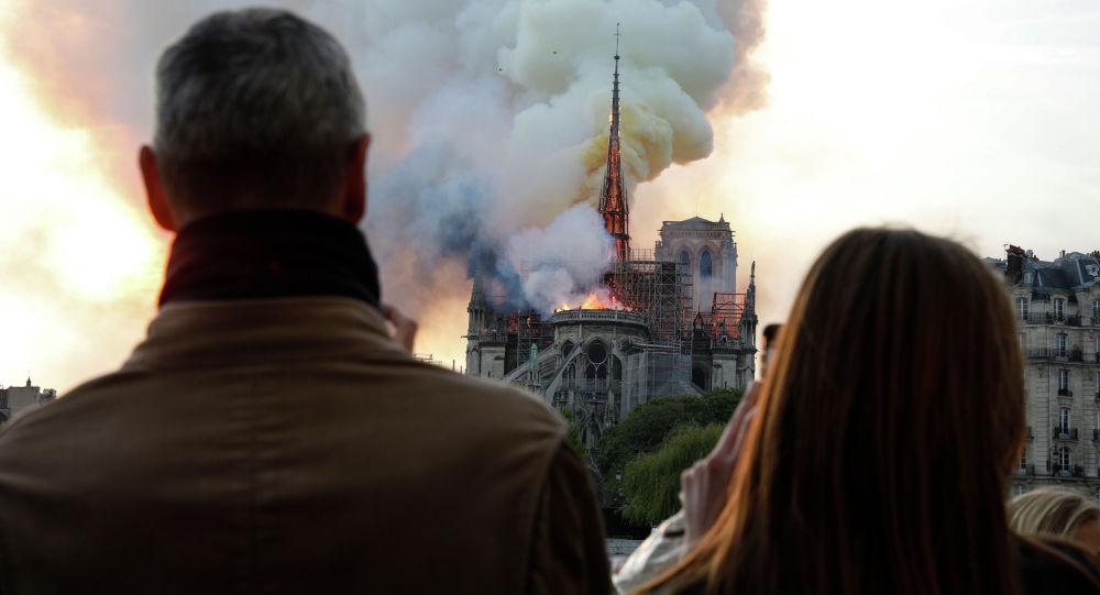 Париждин символуна айланган Нотр-Дам-де-Пари. Архивдик сүрөт
