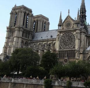 Париждеги Нотр-Дам-де-Пари чиркөөсү. Архив