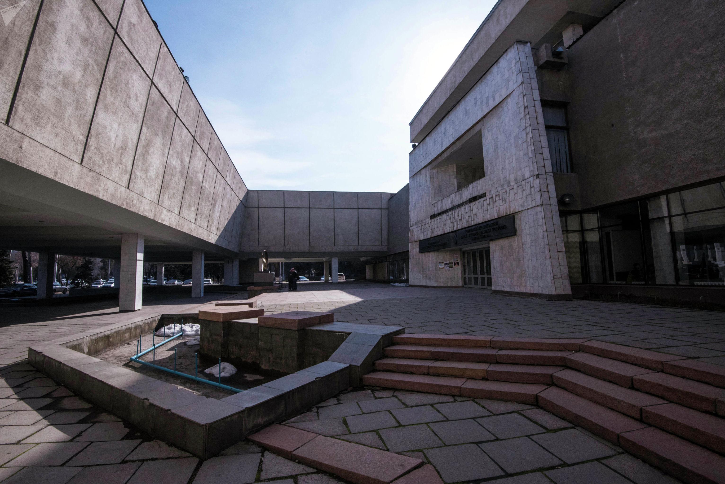 Вид на Кыргызский национальный музей изобразительных искусств имени Гапара Айтиева в Бишкеке