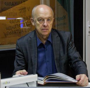 Кандидат исторических наук Леонид Сумароков во время беседы на радио Sputnik Кыргызстан