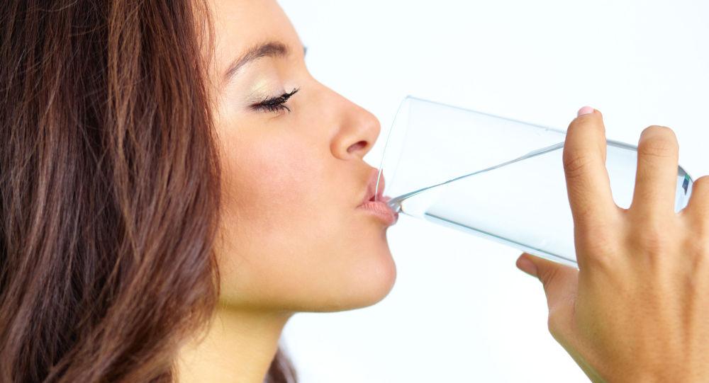 Девушка пьет воду из стакана. Архивное фото