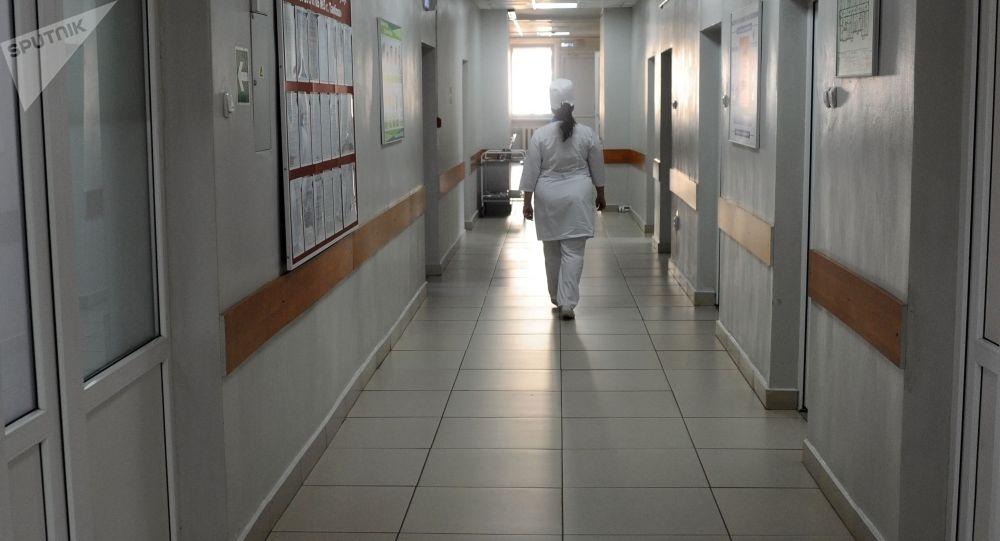 Медицинская сестра идет по коридору. Архивное фото