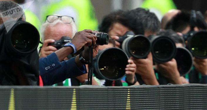 Фотографы на футбольном матче. Архивное фото