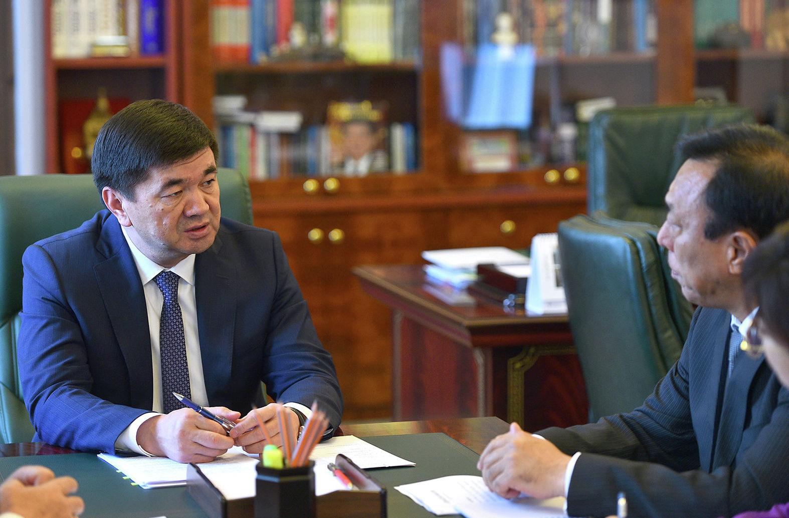 Премьер-министр КР Мухаммедкалый Абылгазиев на встрече с генеральным директором SINO-Pipeline International Company Limited Мэном Фанчунем