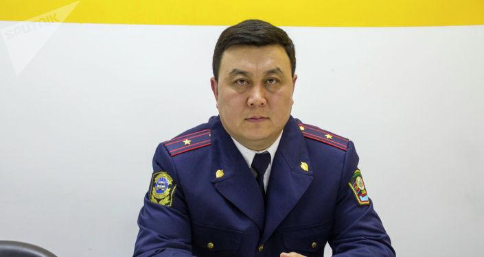 Глава отдела центра мониторинга обеспечения информации Токомбай Исаев во время беседы