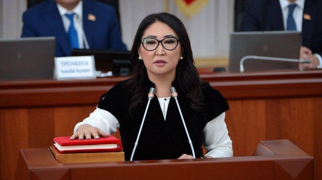 Вице-премьер-министр Кыргызской Республики Чолпон Султанбекова во время принесения присяги новыми членами правительства КР