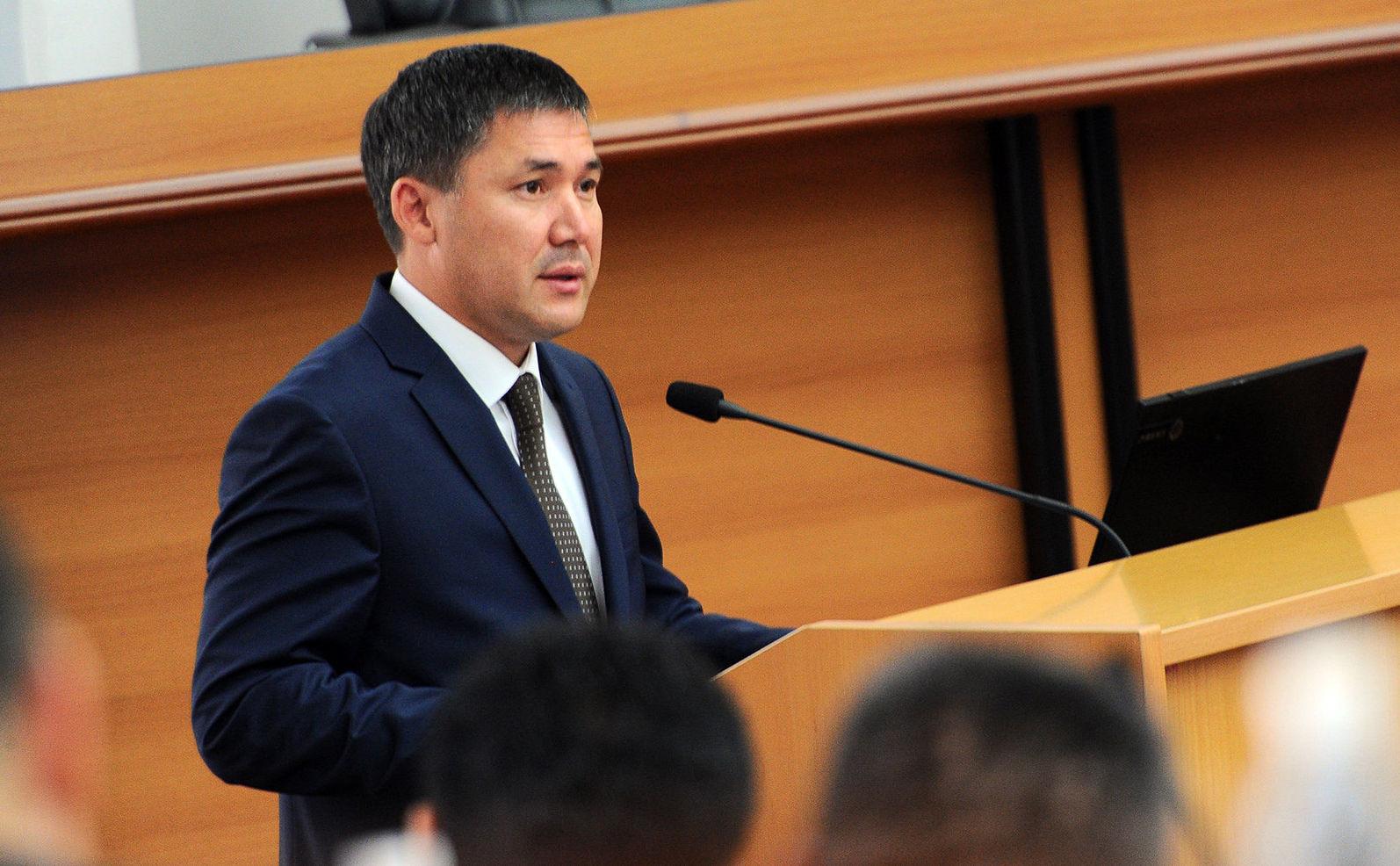 Полномочный представитель Правительства в Таласской области Дайыр Кенекеев на заседании правительства