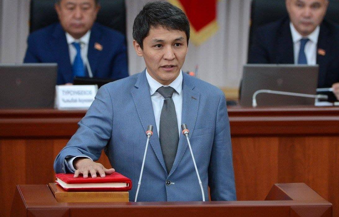 Председатель Государственного комитета информационных технологий и связи Кыргызской Республики Нурбек Абасканов  во время принесения присяги новыми членами правительства КР