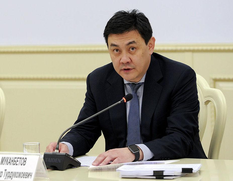 Экс-вице-премьер КР Санжар Мукамбетов во время заседания