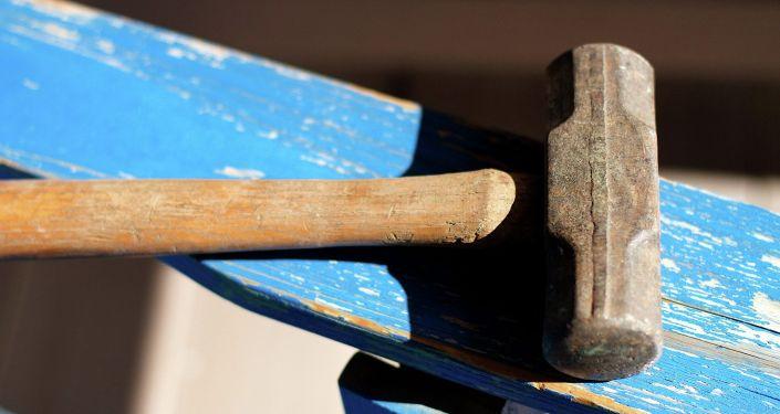 Молоток на столе. Архивное фото