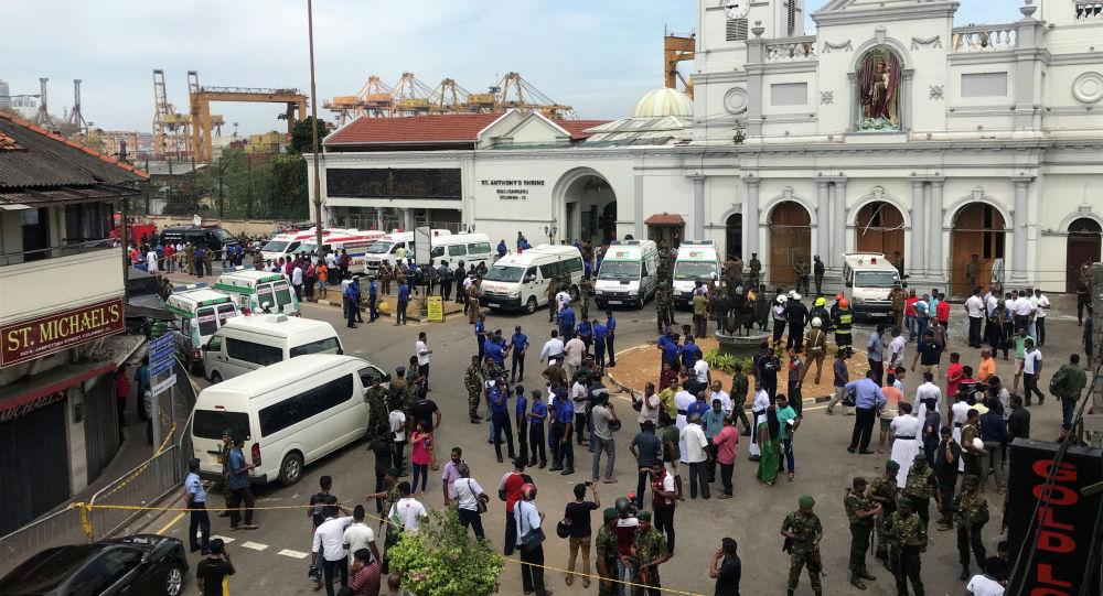 Шри-ланкийские военные стоят на страже у храма Святого Антония в церкви Кочикаде после серии взрывов в Коломбо, 21 апреля 2019 года
