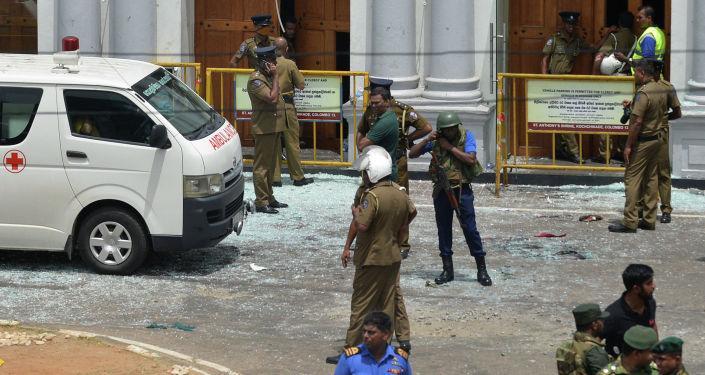 Сотрудники службы безопасности Шри-Ланки стоят возле возле храма Святого Антония в Коччикаде в Коломбо после взрыва в церки. 21 апреля 2019 года