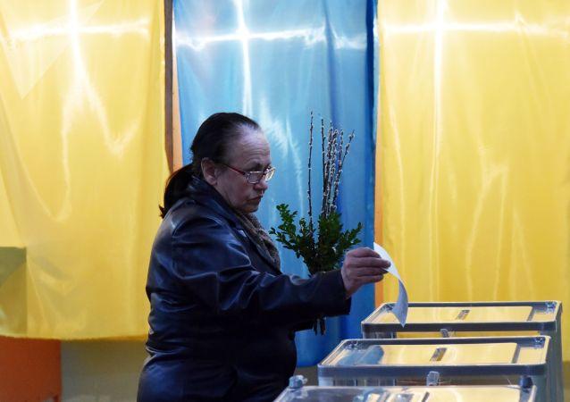 Жительница Львова во время голосования на одном из избирательных участков города в день второго тура выборов президента Украины.