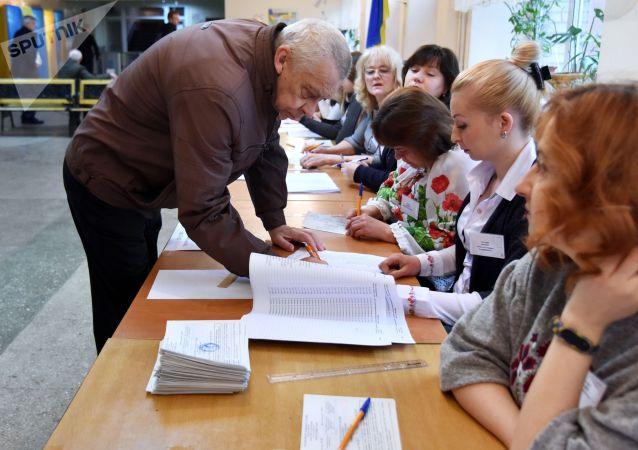 Житель Львова во время голосования на одном из избирательных участков города в день второго тура выборов президента Украины.