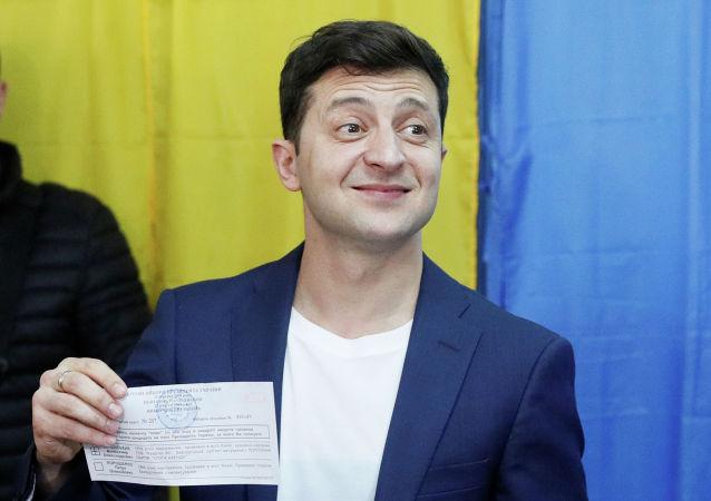 Кандидат в президенты Украины Владимир Зеленский голосует на избирательном участке в ходе второго туре президентских выборов, Украина. 21 апреля 2019 года