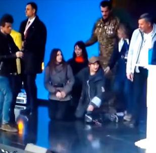 19 апреля кандидаты в президенты Украины Петр Порошенко и Владимир Зеленский на дебатах, прошедших на стадионе Олимпийский в Киеве, встали на колени.