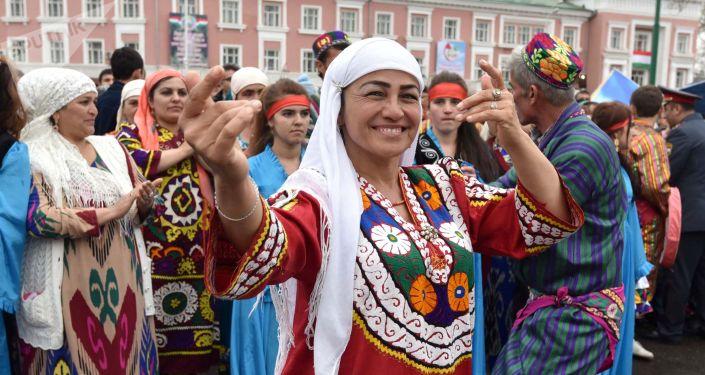 Женщина в национальном костюме на праздновании Навруза в Душанбе. Архивное фото