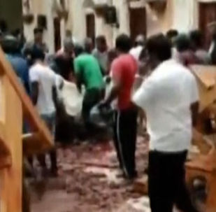 215 человек погибли и около 500 пострадали после серии взрывов в церквях и отелях. Задержано семь подозреваемых.