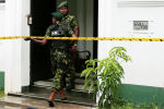 Военнослужащие специального назначения Шри-Ланки входят в дом после взрыва в Коломбо, Шри-Ланка, 21 апреля 2019 года