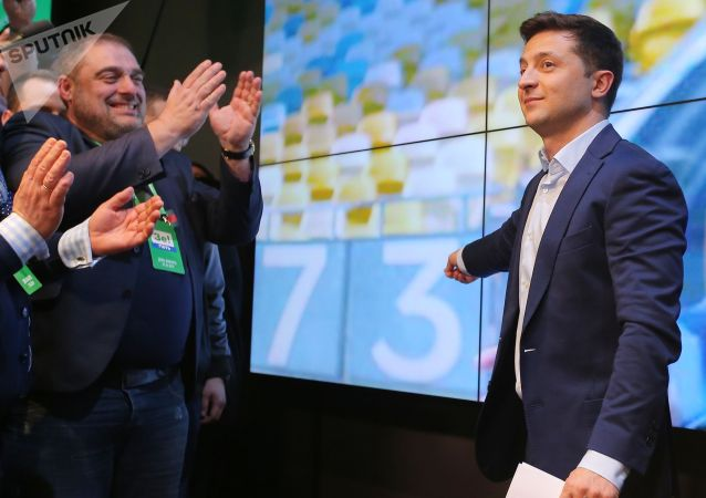 В воскресенье прошел второй тур выборов президента Украины. После обработки 80,78% протоколов Владимир Зеленский лидирует на выборах с 73,09% голосов, действующего главу государства Петра Порошенко поддержали 24,57% избирателей.