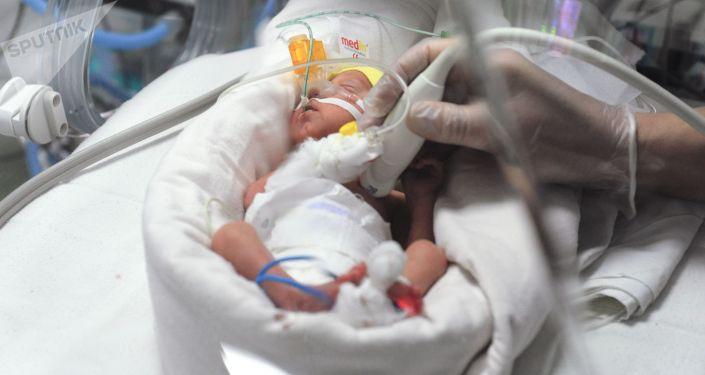 Новорожденный ребенок в кувезе. Архивное фото