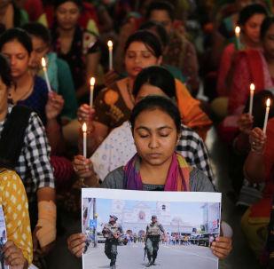 Учителя держат свечи, когда они молятся за жертв серийных взрывов в Шри-Ланке в школе в Ахмедабаде. Архивное фото