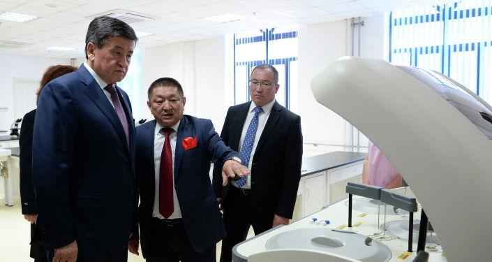 Президент Кыргызской Республики Сооронбай Жээнбеков сегодня, 22 апреля, принял участие в открытии Ошской городской клинической больницы.
