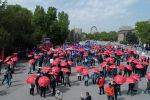 Сотни человек вышли сегодня на мирный митинг к зданию Верховного суда КР, чтобы поддержать Садыра Жапарова и Омурбека Текебаева.