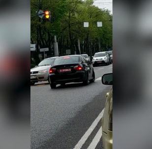 На пересечении проспекта Чингиза Айтматова и улицы Ахунбаева в Бишкеке водитель автомобиля BMW с дипломатическими номерами нарушил правила — он остановил машину на полосе встречного движения, дожидаясь возможности повернуть налево.