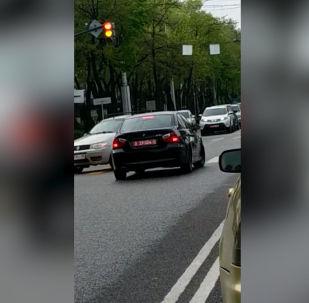 Бишкекте дипномер тагылган BMW үлгүсүндөгү унаа жол эрежесин бузду — айдоочу каршы тилкеге чыгып алып, сол жакка кайрылууну күтүп турган.
