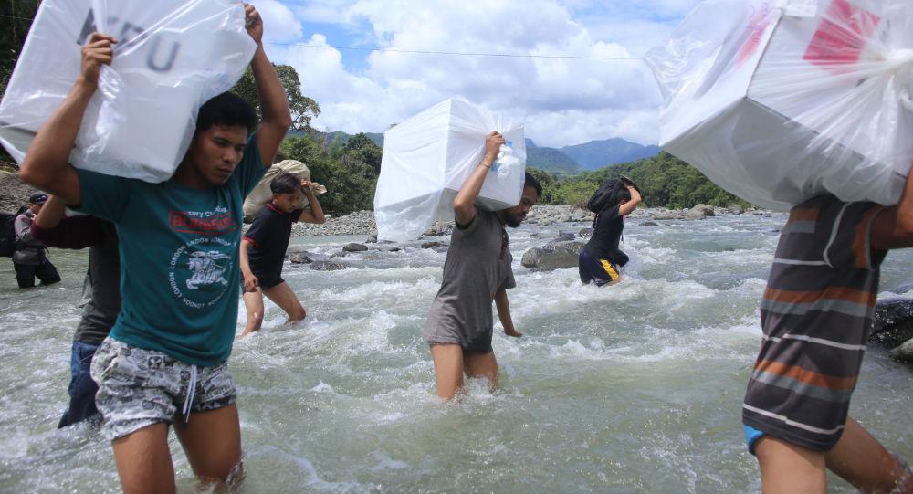 Индонезийские рабочие перевозят урны для голосования на предстоящих всеобщих выборах в деревне Бонто Матингги. Южный Сулавеси. Архивное фото