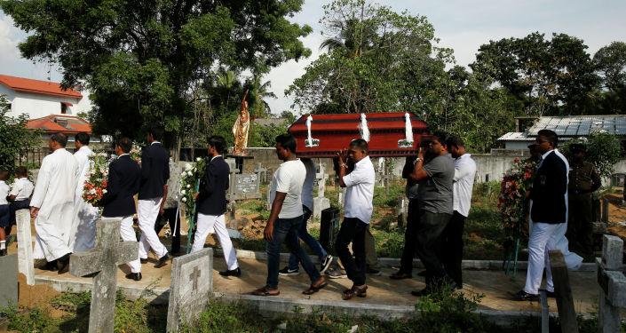 Похороны погибшего при серии взрывов в Шри-Ланке. 23 апреля 2019 года