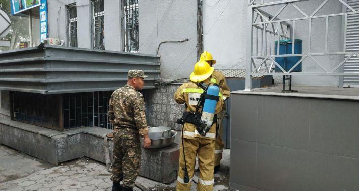 Пожар в кафе на пересечении улиц Абдрахманова и Фрунзе в Бишкеке