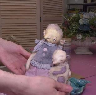 Новосибирскидеги куурчак жасаган сүрөтчү Марика Шмидт көздөрү кайгылуу оюнчуктарды жасайт. Анын айтымында, ар бир чебердин өзүнүн стили жана образы болушу керек.