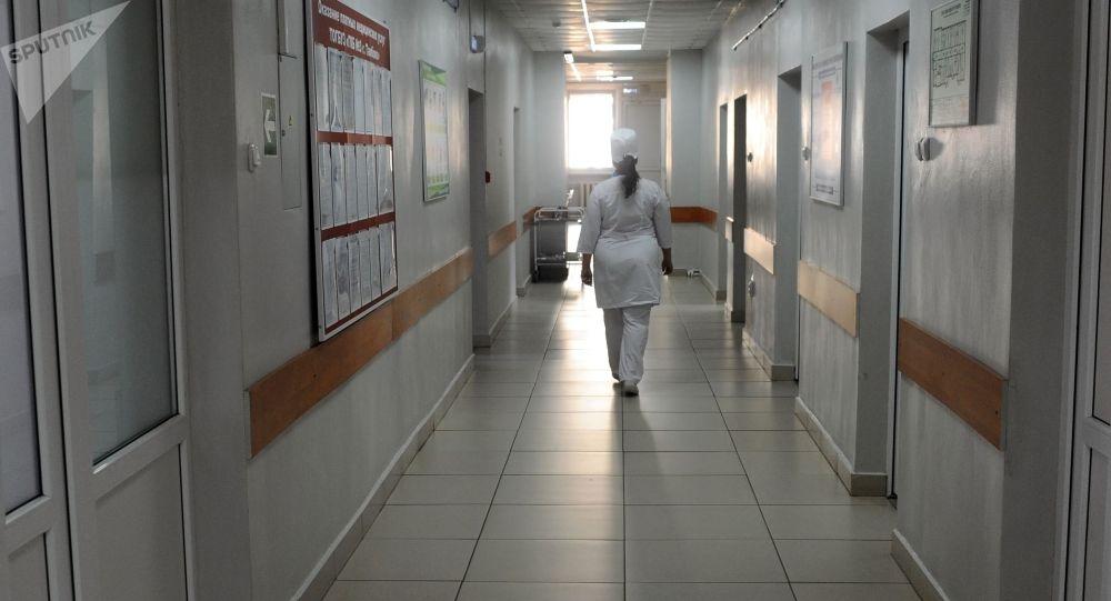 Медицинская сестра идет по коридору больницы. Архивное фото