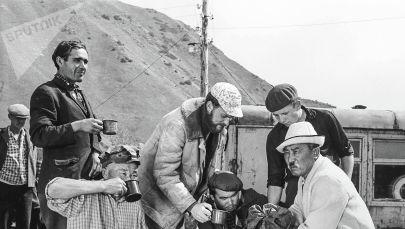 Актер Муратбек Рыскулов во время съемок фильма Небо нашего детства. Архивное фото