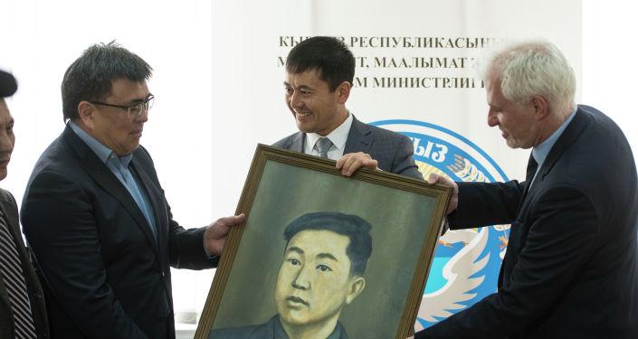Государственному историческому музею вручили портреты двух кыргызстанцев, воевавших за свободу Франции во Второй мировой войне