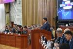 Премьер-министр Мухаммедкалый Абылгазиев министрлер менен Жогорку Кеңеште отчет берүүдө. Архивдик сүрөт